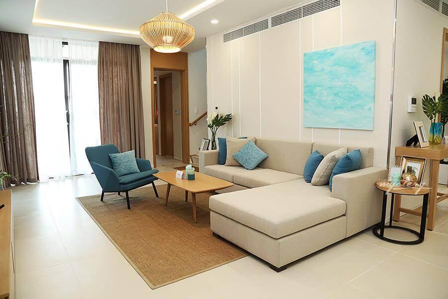 Từ phòng khách nhìn ra sân Cam Ranh Mystery Villas