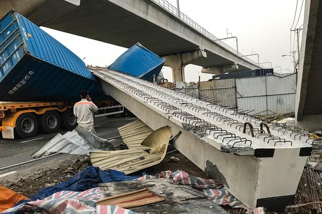 Tuyến Metro Dầm cầu vượt Suối Tiên va chạm với container rồi sập do chiều cao thấp hơn thiết kế
